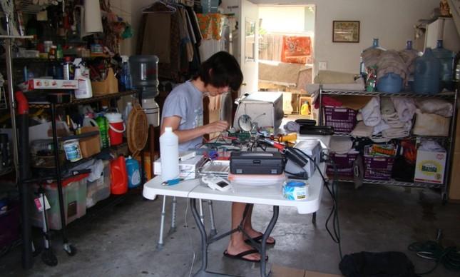 Jordi Muñoz, ainda adolescente, trabalhando em um prótótipo de drone.
