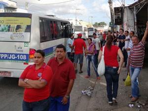 Micro-ônibus são alternativas em Prazeres (Foto: Katherine Coutinho / G1)