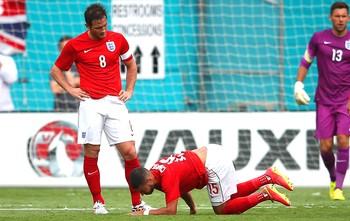 Alex Chamberlain caído amistoso Inglaterra x Equador (Foto: Getty Images)