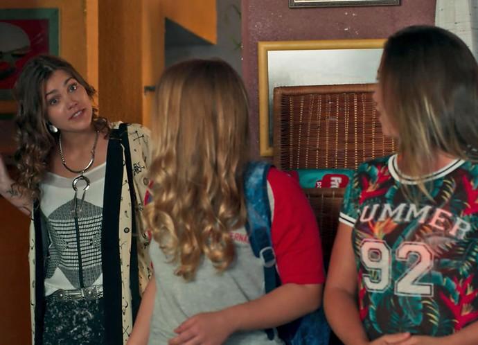 Alina aparece de surpresa no hostel (Foto: TV Globo)