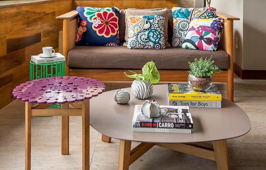 No ambiente da arquiteta Daniella de Barros, o nude foi escolhido para o tampo da mesa de centro. Objetos coloridos ao redor valorizam o tom