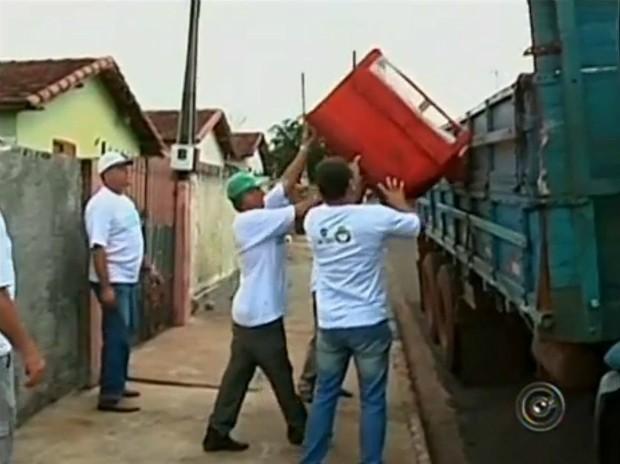 Em apenas um dia, 50 toneladas de lixo foram recolhidas em Manduri (SP). (Foto: Reprodução TV TEM)