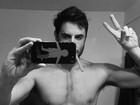 Ricardo Tozzi posta foto sem camisa e fãs elogiam: 'Lindo'