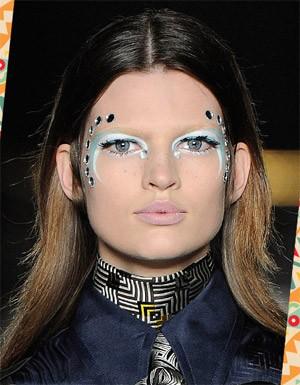 [Destaques] Pintou bloco ou baile de última hora? Inspire-se com maquiagens das passarelas