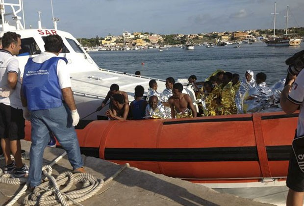 Sobreviventes de naufrágio na costa de Lampedusa são resgatados (Foto: Nino Randazzo/ASP press office/Reuters)