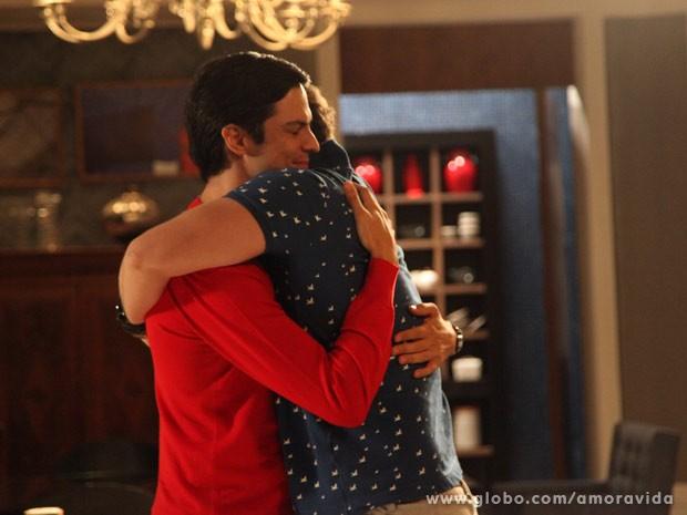 Niko agradece com abraço carinhoso (Foto: Carol Caminha/TV Globo)