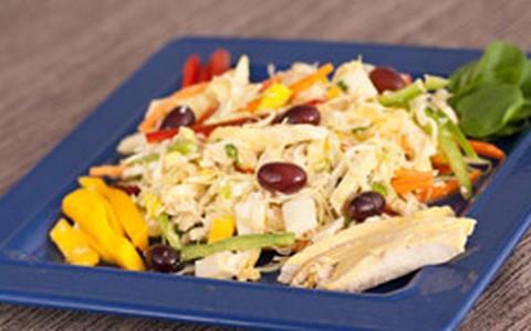 Salada tropical light com manga, abacaxi, frango e pimentões