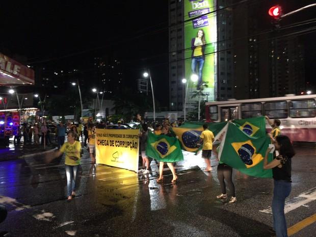 Manifestantes realizam ato contra o governo federal no centro de Belém (Foto: Robério Vieira/TV Liberal)