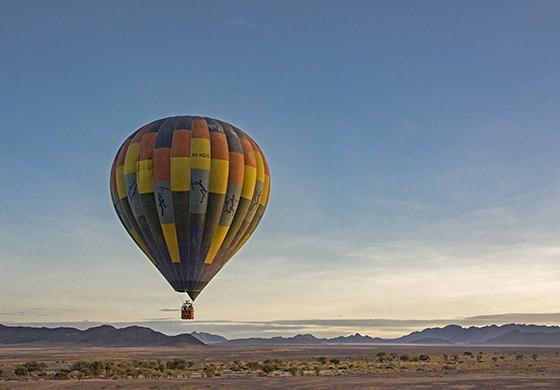 Um segundo balão compõe a paisagem de montanhas e de deserto  (Foto: © Haroldo Castro/ÉPOCA)