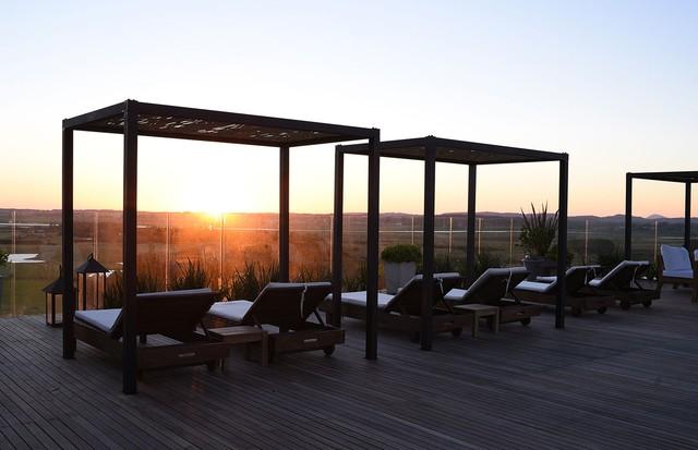 Na área ao ar livre, espreguiçadeiras para curtir o sol (Foto: Divulgação)