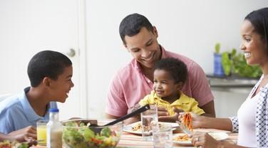 família; alimentação; refeição saudável (Foto: Thinkstock)