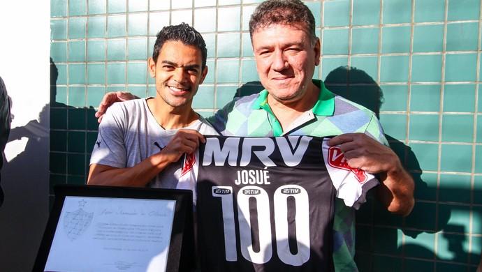 Josué é homenageado pela 100ª partida pelo Atlético-MG (Foto: Bruno Cantini/Flickr do Atlético-MG)