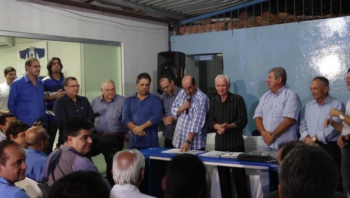 Diretoria do CSA foi aclamada na noite desta sexta-feira com a presença de conselheiros (Foto: Caio Lorena / Globoesporte.com)