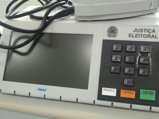 Eleitor cola tecla para impedir votos no interior de Goiás