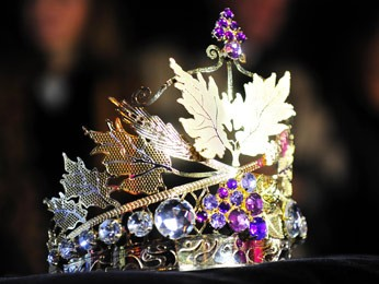 Coroa representa a uva, as folhas de parreira e o trigo (Foto: Luiz Chaves/Divulgação)