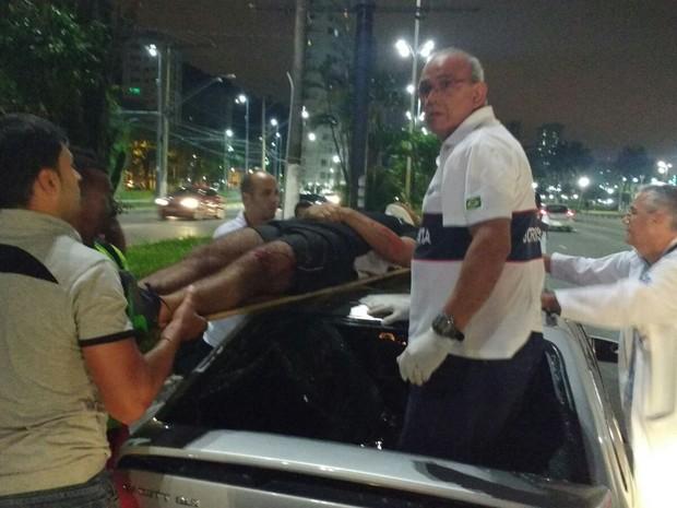 Moradores foram os primeiros a socorrer a vítima antes do Samu chegar ao local (Foto: G1)