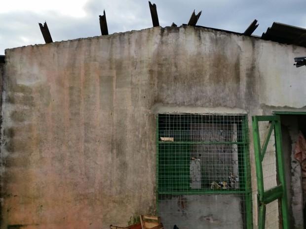 Incêndio atingiu casa em Canoas (RS) (Foto: Corpos de Bombeiros/Divulgação)