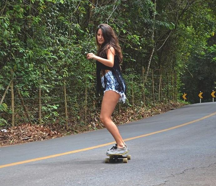 Amanda de Godoi mostra que tem habilidade no skate (Foto: Arquivo pessoal)
