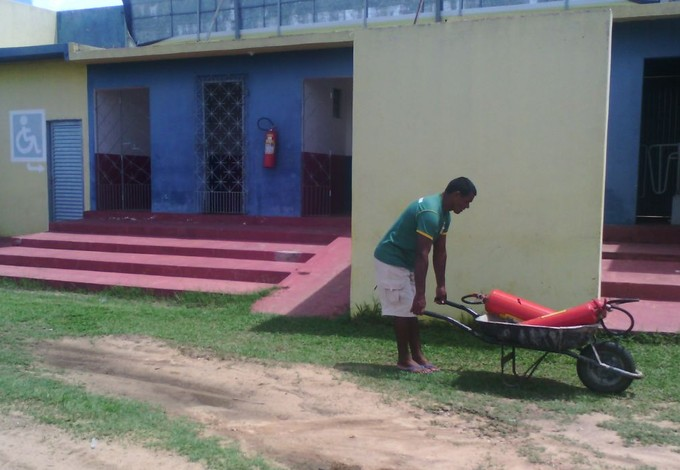 Estádio Rodrigão - extintores sendo colocados no dia do jogo entre Santa Quitéria x Moto Club (Foto: João Ricardo/GloboEsporte)