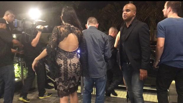 Mayla deixa festa acompanhada (Foto: Ego)