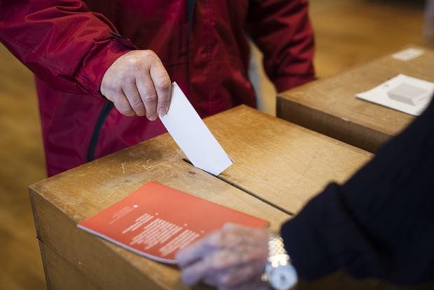 Homem vota neste domingo (9) na cidade suíça de Ascona (Foto: AFP)