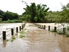 Cheia do Rio do Peixe interdita ponte de madeira em estrada rural