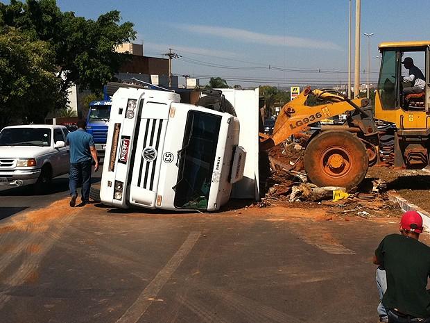 Um caminhão tombou na via que liga o Setor de Indústria e Abastecimento (SIA) à Estrutural, em Brasília, na manhã desta sexta-feira (20). De acordo com a Polícia Militar, o veículo, que transportava entulho, tombou em razão de excesso de peso. A polícia informou que ninguém ficou ferido. Um trator foi acionado para juntar a carga e desobstruir uma das pistas. (Foto: Filipe Matoso/G1)