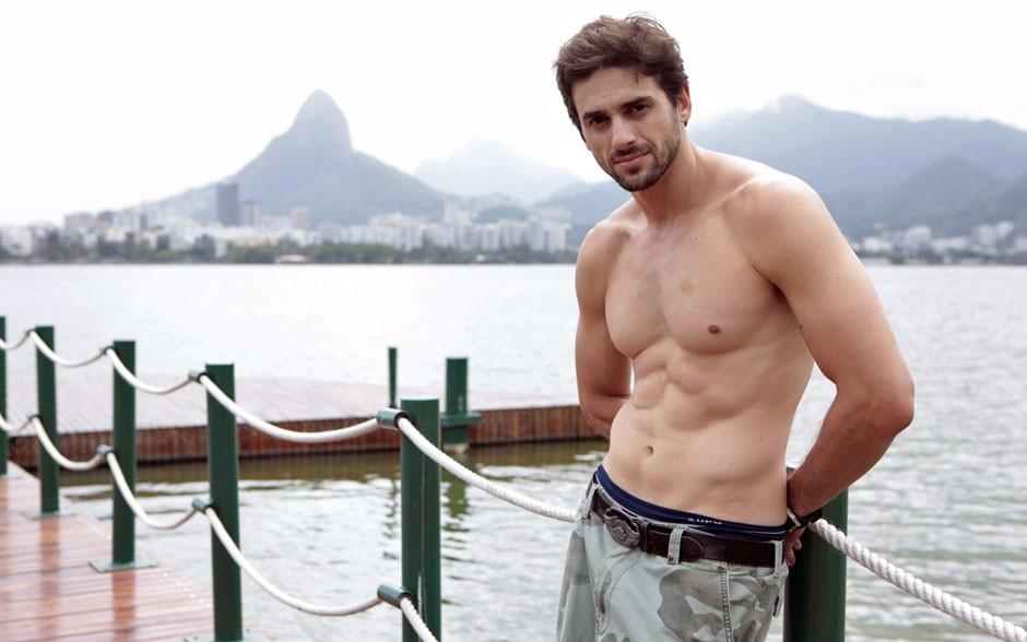 Danilo bem à vontade no píer (Foto: Malhação / TV Globo)