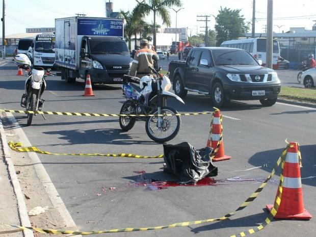 Jovem teve cabeça e pescoço esmagados por rodas de ônibus (Foto: Tiago Melo/G1 AM)