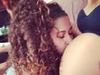 Grávida, Renatinha do Bonde das Maravilhas ganha beijo na barriga