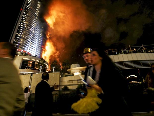Pessoas deixam hotel em chamas no centro de Dubai, nos Emirados Árabes Unidos (Foto: Ahmed Jadallah/Reuters)