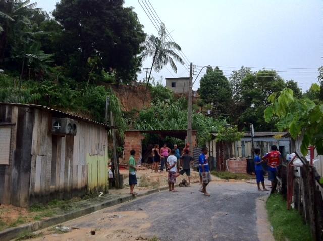 Duas casas na Rua Silva foram atingidas pelo deslizamento do barranco, em Manaus (Foto: Ana Graziela Maia/G1 AM)