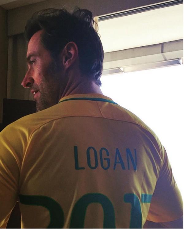 O ator Hugh Jackman com a camisa do Brasil (Foto: Instagram)