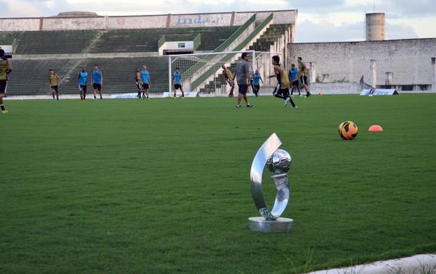 Presidente do Botafogo-PB leva taça da Série D para treino e irrita a CBF
