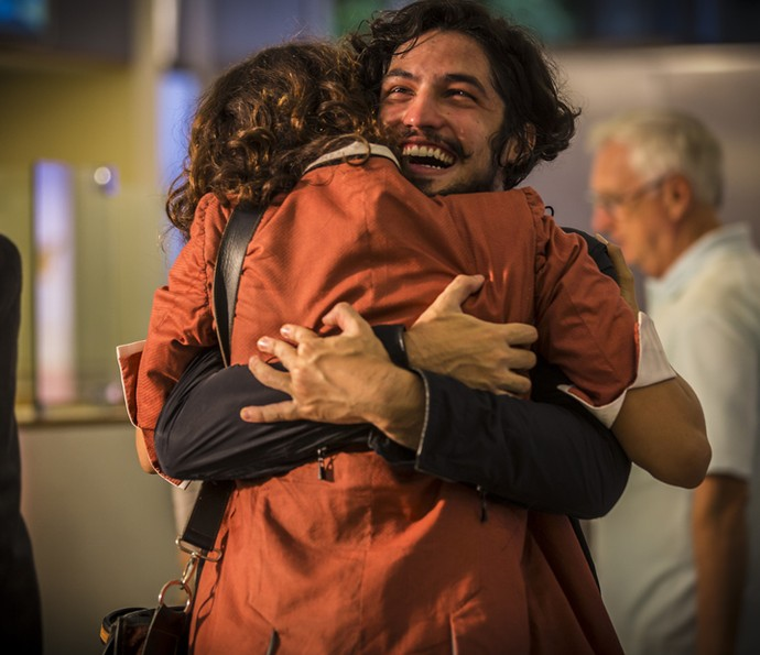 Miguel abraça Tereza na volta ao Brasil (Foto: Inácio Moraes/ Gshow)