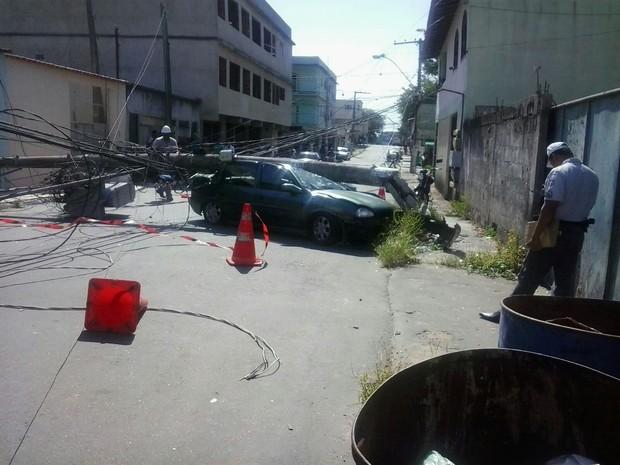 Equipe da Escelsa foi até o local consertar fiação (Foto: Ilza Izabel Santos/ VC no ESTV)