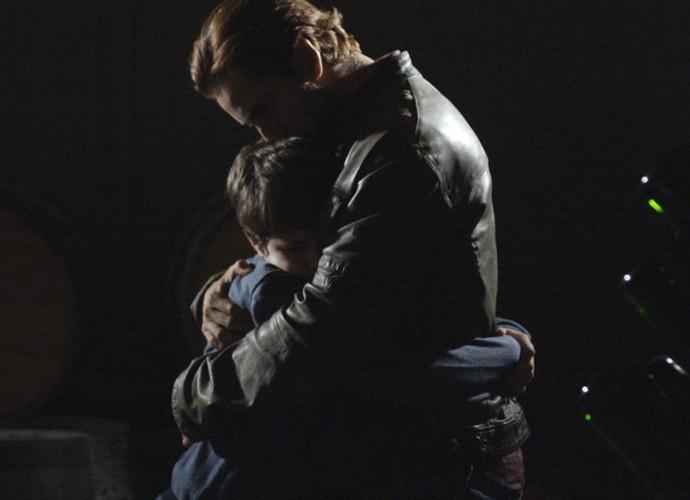Pai e filho se abraçam carinhosamente (Foto: TV Globo)