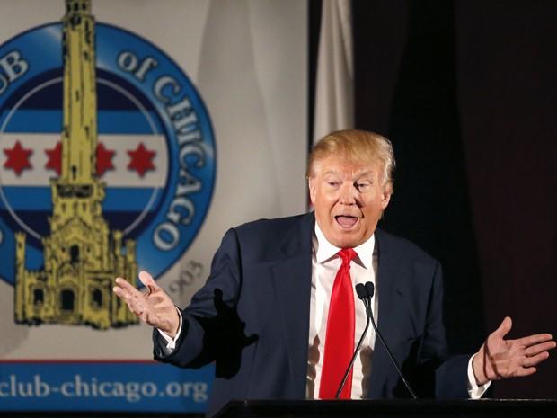 Donald Trump fala durante reunião com membros do City Club, em Chicago, na segunda-feira (29) (Foto: AP Photo/Charles Rex Arbogast)