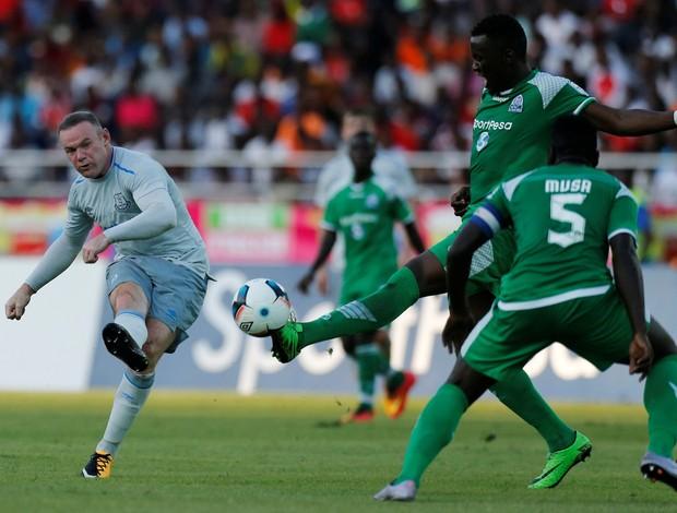 """BLOG: """"Alvo"""" da torcida na Tanzânia, Rooney reestreia com golaço pelo Everton"""