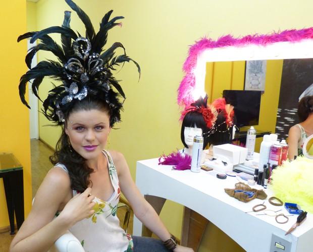 Caroline usa adereço preto por cima do penteado (Foto: Melina Mantovani / Gshow)