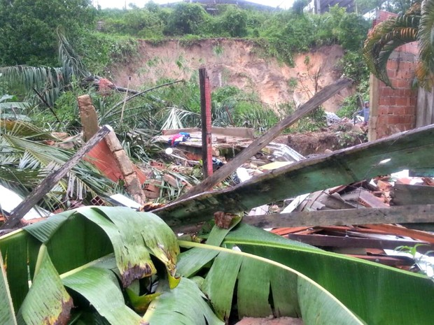 Casa desabou e matoi 4 pessoas em Manaus (Foto: Rickardo Marques/G1 AM)