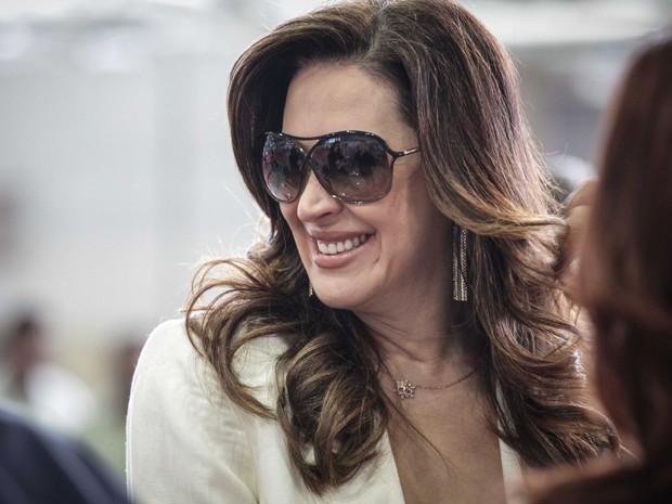 Claudia Raia, muito simpática, distribui sorrisos (Foto: Salve Jorge / TV Globo)