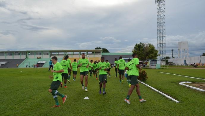 Jogadores do Cuiabá fazem aquecimento no estádio de Porto Velho (Foto: Jheniffer Núbia/ Globo Esporte)