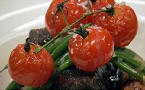 Costelas assadas com purê de batata ao alho, vagens e tomates