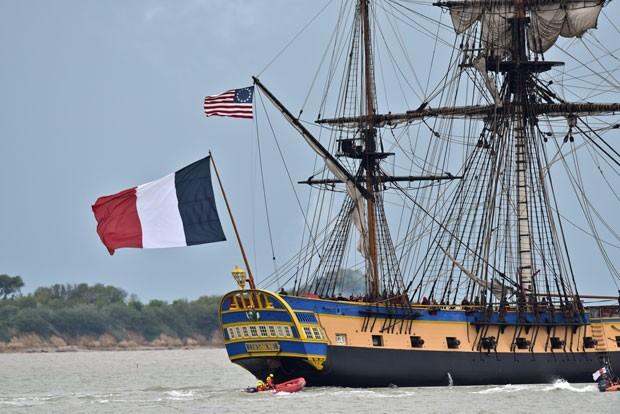 A fragata Hermione parte da França em direção aos EUA (Foto: Jean-Pierre Muller/AFP)
