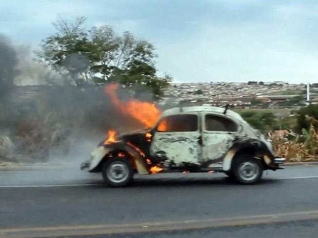 """Carro pega fogo depois de """"esquentar muito"""" na BR-491, em Guaxupé (Foto: Jornal Jogo Sério)"""