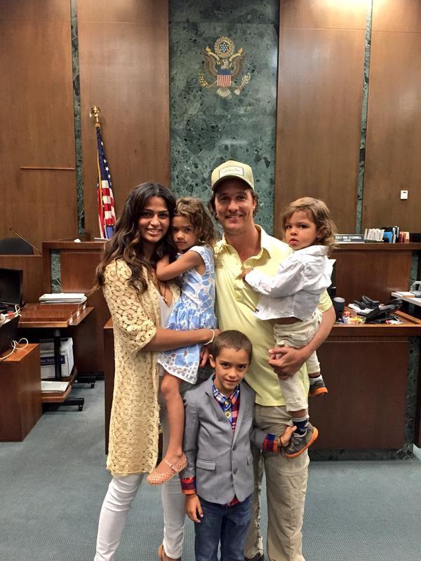 Camila Alves e Matthew McConaughey com os filhos (Foto: Reprodução/Twitter)