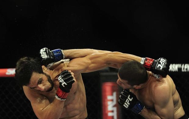 Rashid Magomedov e Elias Silvério trocam golpes no UFC Barueri (Foto: Marcos Ribolli)