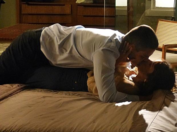 Danielle se alia a Maurílio e os dois se beijam (Foto: Fabio Rosso/ Gshow)
