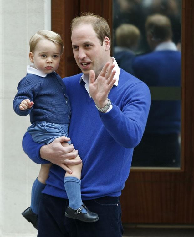 O príncipe William chega ao hospital St Mary's, onde sua segunda filha nasceu neste sábado, com seu primogênito, o príncipe George (Foto: Alastair Grant/AP)